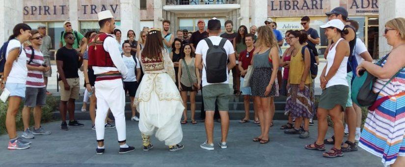 Tirana e veshur me kostume popullore